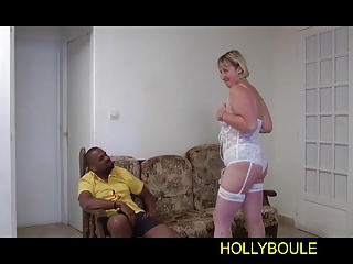 Hollyboule-A young black fucked a blonde mature old
